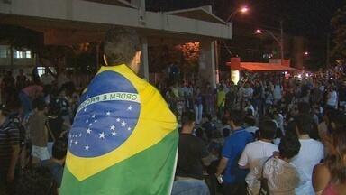 3º dia de protestos em Macapá - Terceiro dia de protesto em Macapá foi pacífico. Manifestação começou na ponte Sérgio Arruda, mas sem fechar o trânsito. Na Praça da Bandeira também houve ato público.
