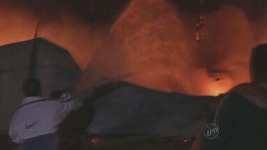 Fogo atinge depósito de material reciclável de Indaiatuba - Os bombeiros de Indaiatuba (SP) controlaram um incêndio em um depósito de materiais recicláveis. As causas do acidente ainda serão investigadas.