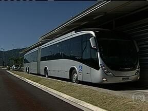 Prefeitura apresenta novo ônibus do sistema BRT - Os novos modelos terão capacidade para transportar mais pessoas. O excesso de lotação e filas nas estações são reclamações constantes dos passageiros.