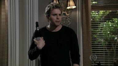 Niko se incomoda ao encontrar Eron e Amarilys se divertindo - O advogado e a médica comemoram a decisão dela de gerar o bebê dos amigos