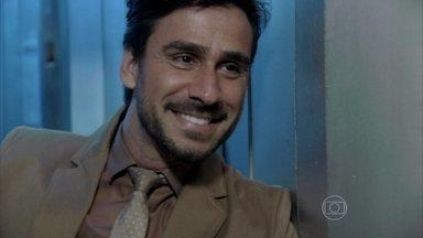 Jacques tenta se aproximar de Aline - A secretária menospreza a cantada do médico