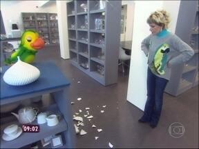 Louro José 'prega' peça em Ana Maria durante visita à fábrica de porcelana - 'Vocês aprontaram para mim', diz a apresentadora após o susto