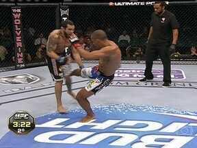 Edson Barboza vence Rafaello Trator por nocaute técnico no UFC 162 - Brasileiro acertou lindo chute e saiu com a vitória.