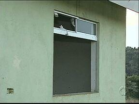 Casas abandonadas preocupam moradores de um loteamento popular - Duas casas que ainda não foram ocupadas estão sendo depredadas.