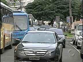 Motoristas e pedestres reclamam da confusão do trânsito da avenida Bandeirantes - As reclamações de quem passa na avenida são principalmente em relação à distância das faixas de pedestres e instalação de parquímetros apenas no canteiro central da via.