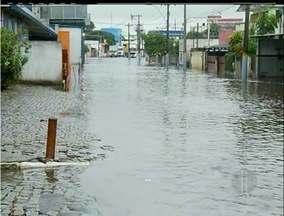 Chuva forte alaga o município de Campos dos Goytacazes, RJ - Tempestade atingiu maior cidade do interior na madrugada desta terça-feira (9).Trânsito ficou lento na cidade.