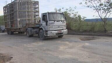 Obras não avançam e buracos crescem no Distrito Industrial - Motoristas que trafegam pelo Distrito Industrial enfrentam dificuldades nas vias por causa dos constantes buracos.