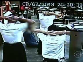 Quadrilha faz arrastão em restaurante na Zona Sul de SP - Quarenta pessoas jantavam na hora do crime. As câmeras de segurança do local registraram tudo. Criminosos recolheram os pertences dos clientes e o dinheiro do caixa.