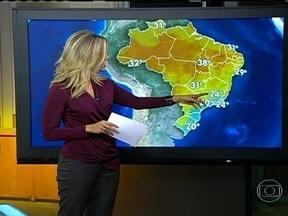 Tempo fica fechado do litoral de SP até o sul da BA - No norte do Rio de Janeiro e o sul do Espírito Santo pode chover o equivalente a metade do normal para todo o mês de julho na tarde desta terça-feira (9). Os ventos estão soprando do mar e trazendo umidade para as regiões.