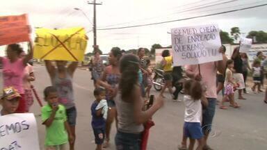 Pais e estudantes fazem protesto para cobrar início de ano letivo de 2013 no Caic do BB - Aulas ainda não começaram na unidade do Benedito Bentes