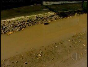 Moradores do bairro Enseada das Gaivotas em Rio das Ostras, RJ, vivem um drama - Local cresceu sem infraestrutura. Falta água tratada, pavimentação e tratamento de esgoto.