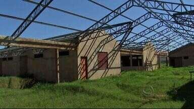 Obras inacabadas geram insegurança para a população - Uma unidade de pronto atendimento no bairro das Moreninhas e uma escola no Paulo Machado estão com as obras paradas