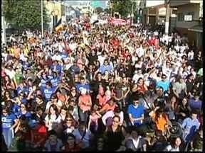 Marcha para Jesus reúne milhares de pessoas em Tatuí, SP - Evento foi realizado nesta terça-feira (9). \Caravanas chegaram de várias cidades da região. A praça em frente à prefeitura ficou lotada de fiéis de diferentes religiões.