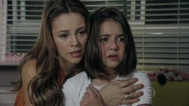 Paulinha se recusa a acreditar que é filha de Paloma - A pediatra não permite que a menina saia do apartamento. Paulinha afirma que nunca chamará Paloma de mãe