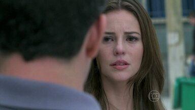 Paloma devolve o anel de noivado a Bruno e chora quando ele se afasta - Glauce é rejeitada por Bruno e decide conversar com Félix