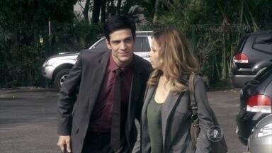 Félix ajuda Glauce a sair do hospital - Maristela e Verônica percebem que a médica está abatida. Félix tenta acalmar Glauce