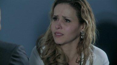 Glauce conta o que fez para Félix - Médica teme ser presa. Vilão afirma que ela é uma assassina. Ele tem uma ideia para ajudar a comparsa e pega os frascos com o material de Paloma