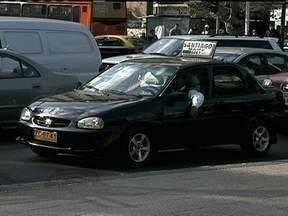 Táxi coletivo é alternativa de transporte no Chile - Dividir um táxi com pessoas que você nunca viu na vida pode parecer estranho, mas é supercomum para os chilenos. O táxi coletivo é uma alternativa para quem não quer usar o ônibus ou o metrô.