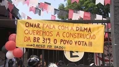 Motociclistas protestam por asfaltamento da BR-319, em Manaus - Cerca de 50 motociclistas do grupo se concentraram no Porto da Ceasa.Segundo grupo, atoleiros dificultam o acesso na BR-319.