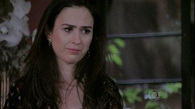 Valdirene hesita em dispensar Carlito - A periguete se oferece para passar a noite com Maciel