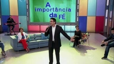 Padre Fábio canta canção sobre o Brasil - Ele compôs a música em homenagem à vida do Papa ao país