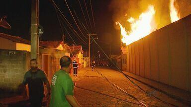 Incêndio destrói fábrica de colchões e estofados em Elói Mendes, MG - Incêndio destrói fábrica de colchões e estofados em Elói Mendes, MG