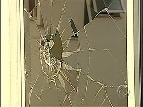 Paciente tem surto e quebra vidraças no Hospital da Zona Norte - Quem procurou o Hospital da Zona Norte de Londrina na tarde de domingo levou um susto. Um paciente em surto quebrou várias vidraças. A polícia acompanhou o atendimento.