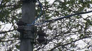 Roubo de fios de cobre é prática constante na Vila Margarida, em São Vicente - Além de prejudicar moradores, ainda há risco de morte