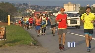 Corredores chegam a Aparecida (SP) - Atletas fazem corrida de Taubaté a Aparecida.