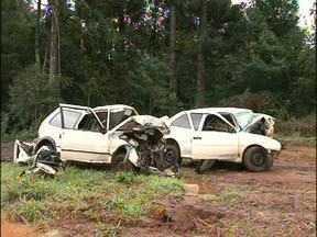 Oito pessoas morrem em acidente de trânsito na PR 473 em Quedas do Iguaçu - As vítimas tinham entre 15 e 23 anos. Testemunhas disseram que todos os jovens estavam na mesma festa. Um grupo teria saído atrás do outro que estava demorando pra voltar. No meio do caminho os dois carros bateram de frente.