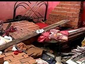 Três pessoas morrem durante vendaval em Porto Feliz (SP) - Os ventos que atingiram a cidade, no interior do estado, passaram de 90 Km/h. Várias casas foram destruídas. Um homem e o filho foram atingidos por um muro que desabou. A terceira vítima era um trabalhador rural, atingido por uma caçamba.