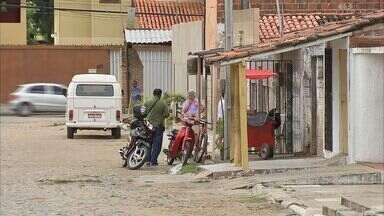 Homens invadem casa e fazem família refém - Família relata momentos de 'terror'.