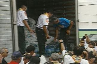 Corrente Contra Seca entrega alimentos e água no cariri da Paraíba - Caminhão levou alimentos e água para as cidades de Gurjão e Santo André.