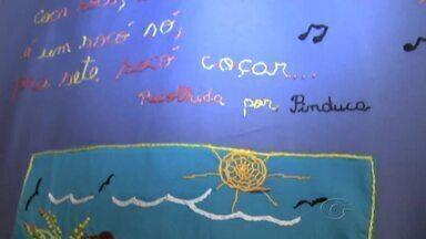 Poemas ganham o colorido do bordado livre como forma de expressão - Mostra reúne trabalhos de vários artesãos e pode ser vista no SESC Centro