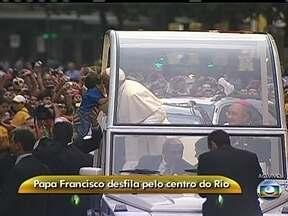 Papa Francisco beija criança no Centro do Rio - A bordo do Papamóvel, o pontífice beijou uma criança e acenou para os fiéis.