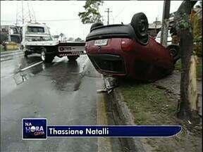 Carro capota ao passar por um trecho alagado - Motorista sofreu com a aquaplanagem.