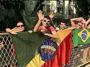 Fiéis passam a tarde perto do Palácio Guanabara para ver o Papa de perto - Toda a área ao redor do Palácio Guanabara teve a segurança reforçada. Mesmo assim, teve gente que ficou na expectativa de ver o pontífice na rua Pinheiro Machado, em Laranjeiras. Houve protestos no Largo do Machado.