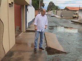 Mesmo com poucos minutos de chuva, muitas ruas de Teresina ficam inundadas - População reclama da falta de galerias para escoar a água.