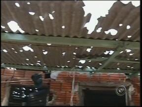 Famílias atingidas pela chuva de granizo estão recebendo lonas em Paraguaçu Paulista, SP - A tempestade que durou cerca de 15 minutos trouxe granizo em Paraguaçu Paulista (SP). Casas e carros foram danificados. Mais de mil famílias que tiveram os imóveis destelhados estão recebendo lonas.