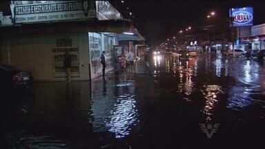 Maré sobe e causa transtornos à população em Santos (SP) - A maré voltou a subir nesta segunda-feira (22) e causou transtornos à população em Santos, no litoral de São Paulo.