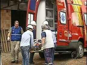 Trabalhador cai do terceiro andar de prédio em construção - O acidente vai ser apurado pela construtora responsável pela obra. O operário está no hospital em estado regular.