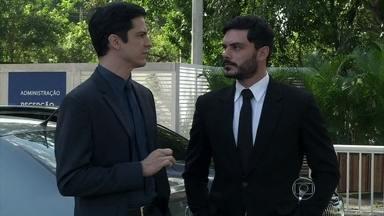 Félix manda Maciel convencer Atílio a se casar com Márcia - O vilão promete recompensar o motorista