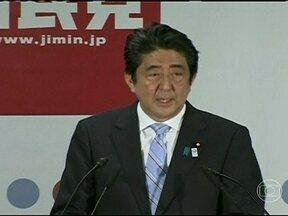 Chefe de governo do Japão garante na urna apoio para plano econômico - Shinzo Abe implantou medidas econômicas que tiraram o país de uma estagnação que durava 20 anos. O plano se baseia em injetar uma fartura de dinheiro na economia, com a venda de títulos e em obras públicas.