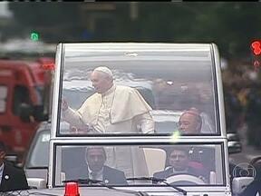 Papa Francisco surpreende fiéis no Rio - O Papa Francisco surpreendeu a todos ao ter circulado com o vidro aberto e um carro simples pelas ruas do Rio. A passagem do religioso foi considerada bastante calorosa.
