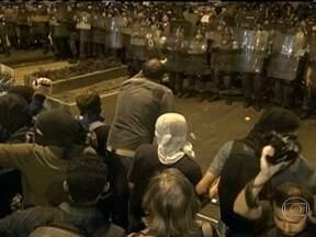 Protesto no Palácio Guanabara termina em confusão - Os manifestantes se concentraram no Largo do Machado e seguiram para a sede do Governo em Laranjeiras. Mascarados se infiltraram no protesto. Coquetéis molotov foram lançados contra os policiais que reagiram com bombas de efeito moral e de gás.
