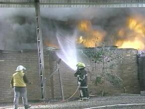 Causa de incêndio em indústria ainda não foi apontada - Peritos de Porto Alegre irão investigar o caso.
