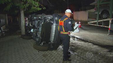 Caminhão-cegonha fica preso em fios de alta tensão, no Recife - Um dos veículos que estava sendo transportado foi arrastado e caiu no chão. Outros dois carros ficaram danificados. Ninguém se feriu.