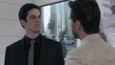 Félix despreza Jacques - O médico questiona o vilão sobre o substituto de Lutero e o convida para ir até seu apartamento, mas Félix recusa e avisa que tem um compromisso de família