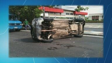 Carro bate em caminhão e capota em avenida na Zona Sul de Manaus - Acidente deixou uma pessoa lesionada, segundo Manaustrans.Trânsito no sentido Centro-Coroado ficou lento após capotamento.