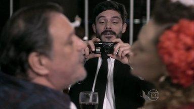 Maciel filma Márcia e Atílio - Durante jantar de noivado, o motorista registra um beijo dos noivos